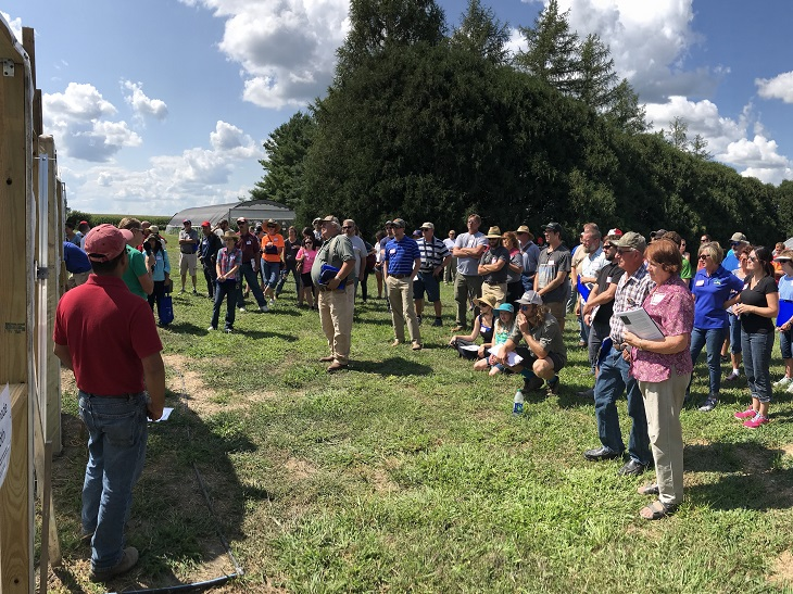 crowd at hort farm field day