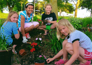 4-H'ers plant flowers